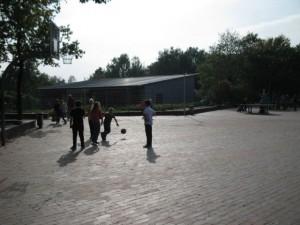 Hof West - Blick auf das Ganztagsgebäude