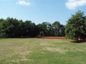 Blick vom Ganztagsgebäude auf das Sportfeld